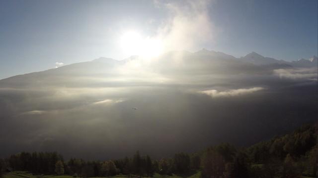 Montagnes et hélicoptère suisses