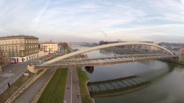 Most Kładka Ojca Bernatka na rzece Wiśle – Kraków Małopolska Polska. Filmowanie z powietrza.