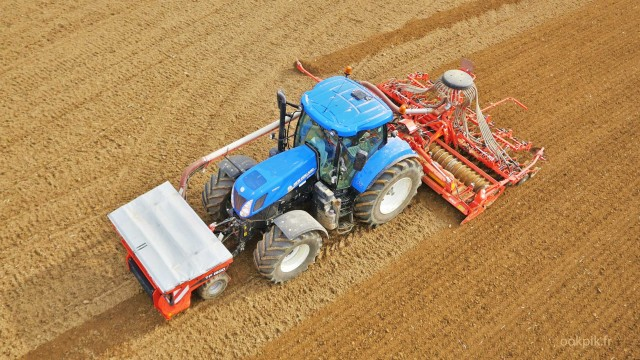 Machine agricole, New Holland, prises de vues aeriennes par drone, Aube, France