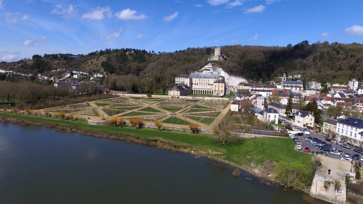 Chateau de la roche guyon yvelines france dronestagram for Chateau des yvelines