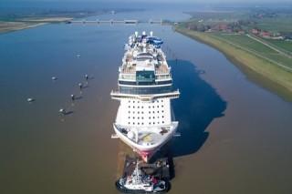 Cruiseship Norwegian Joy – River Conveyance / Waitingposition