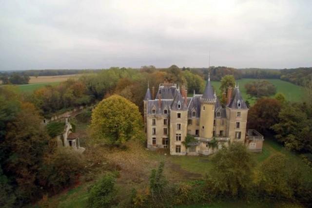 Un chateau bien caché dans L\'Ain