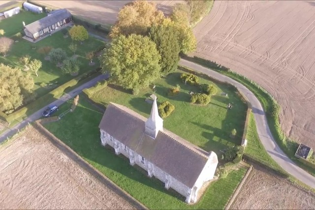 Petite église dans la campagne Normande filmé par un drone