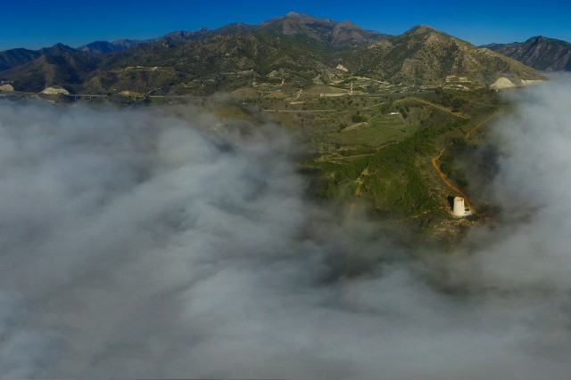 Torre de Maro bajo la niebla