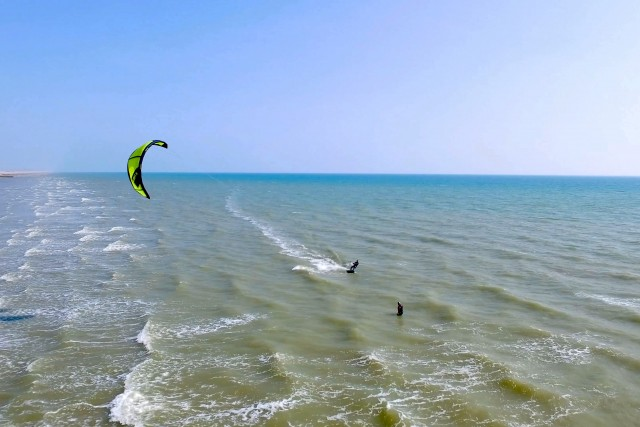 Solo Kitesurfer Learning