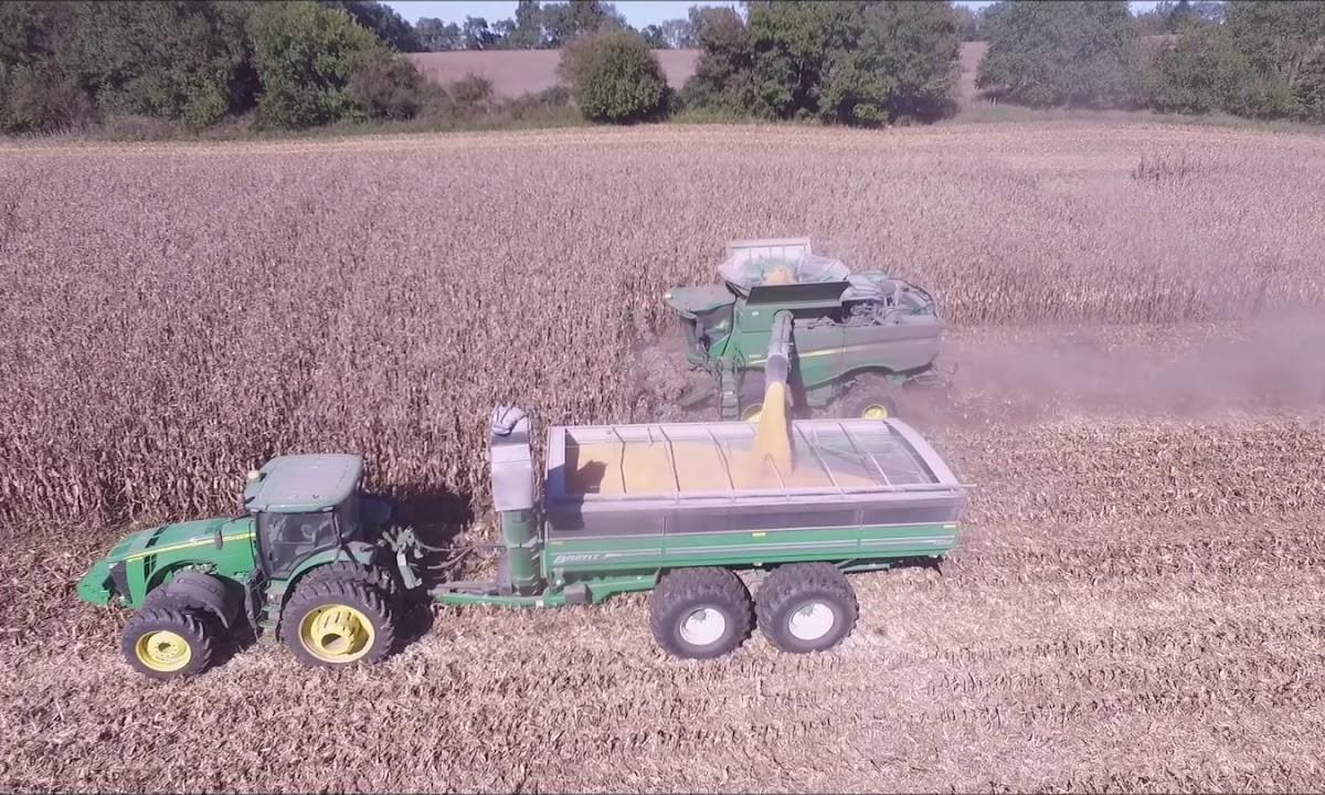 MYERS FARMS OF BROWNSVILLE, IN SHELLING CORN DRONE VIDEO OCT 18, 2018 16 ROW CORN HEAD JOHN DEERE