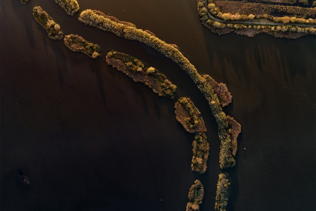 Guided river meandering through lake