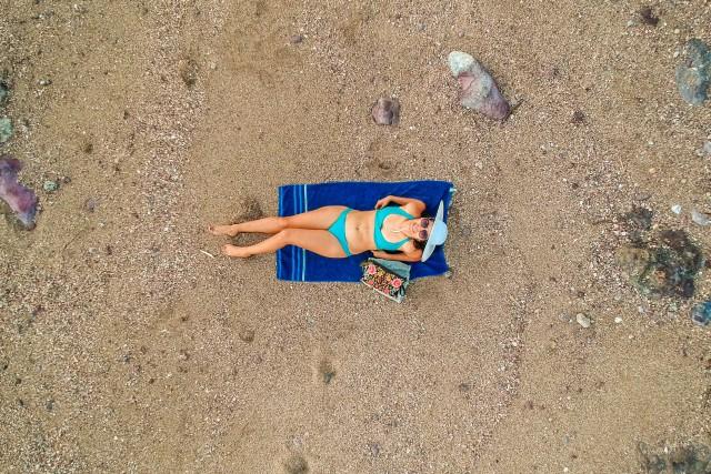 La chica del bikini azul